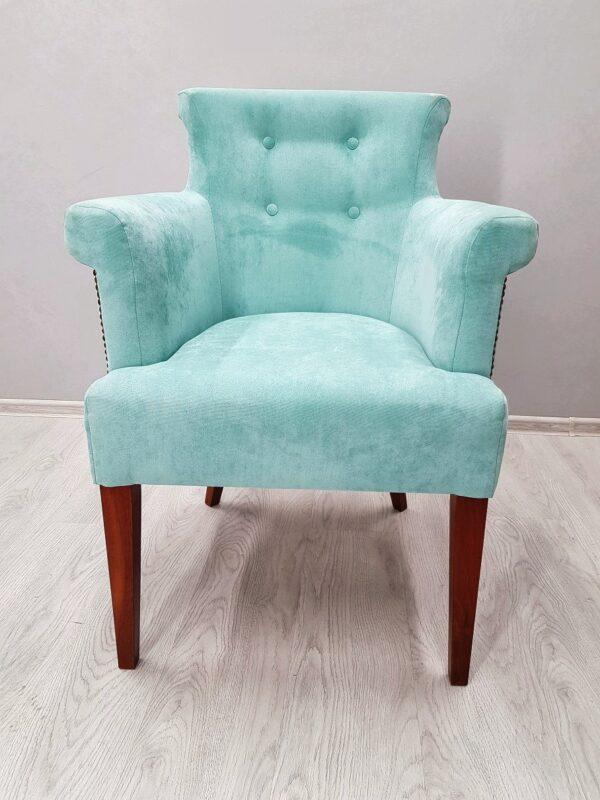 кресло с подлокотниками в классичеком стиле