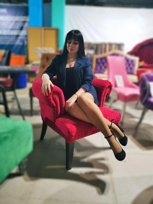 Красное кресло в кафе