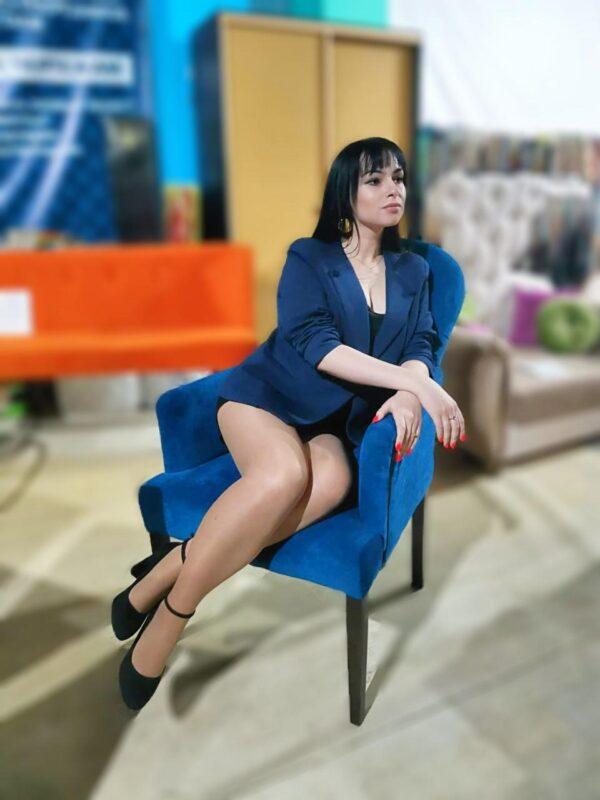 кресло в кафе синие