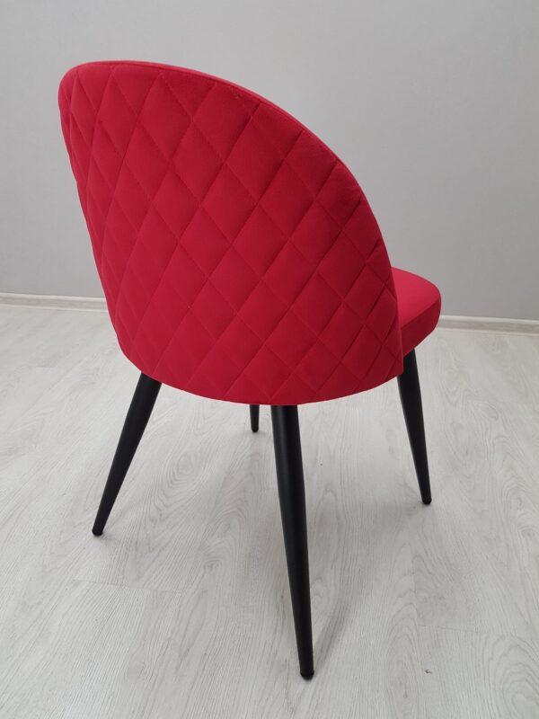 красивый красный стул