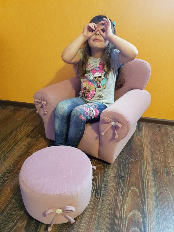 детское кресло в саду