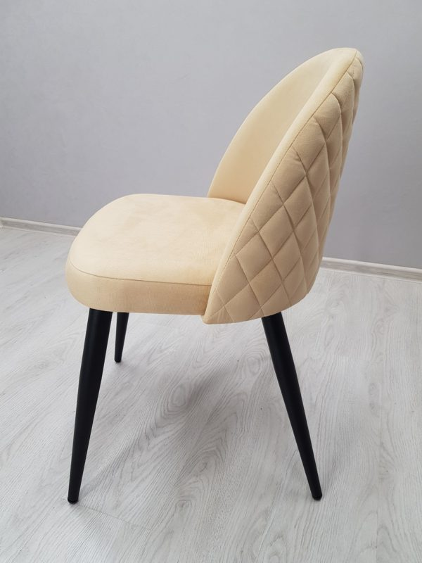 молочного цвета стул