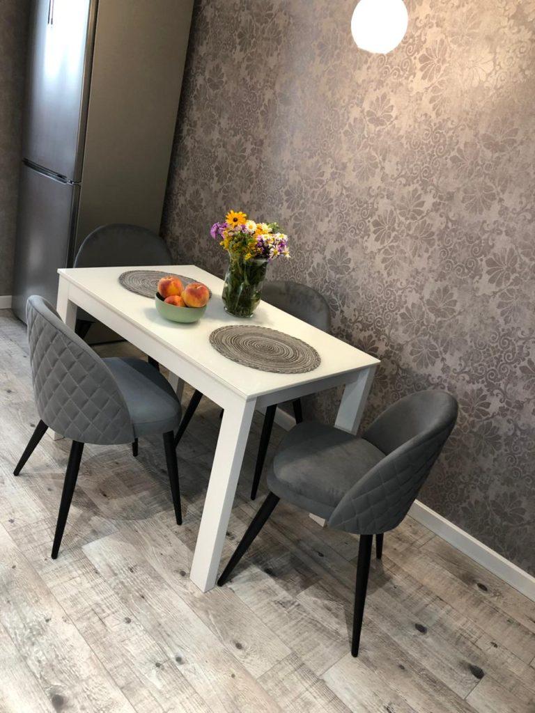 серый стул для кафе