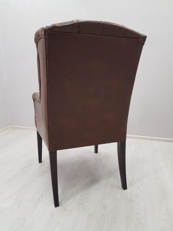 коричневое кресло в утяжке