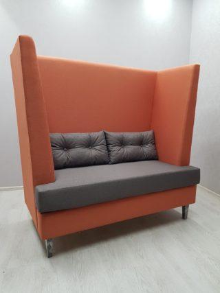 диван с высокой спинкой