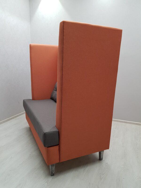 диван в кафе с высокой спинкой